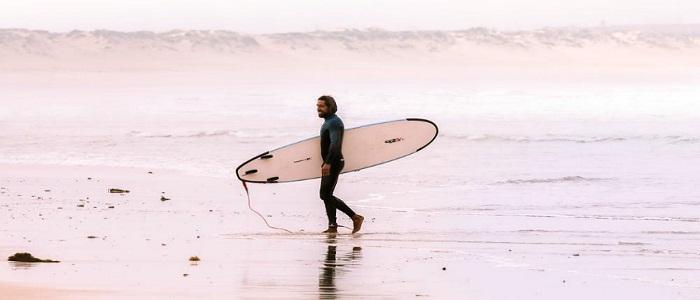 Combinaison, planche, … Quels sont les indispensables pour aller surfer ?